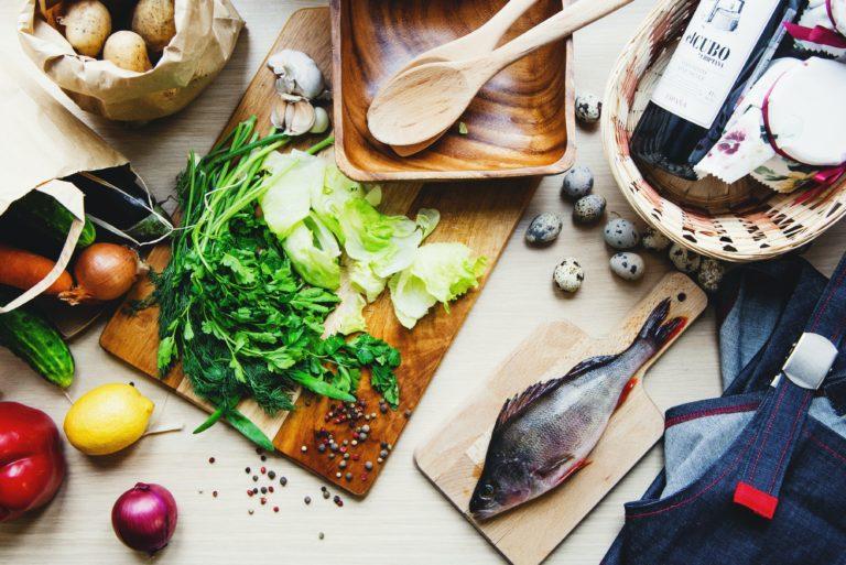 poisson et légumes sur une planche à découper